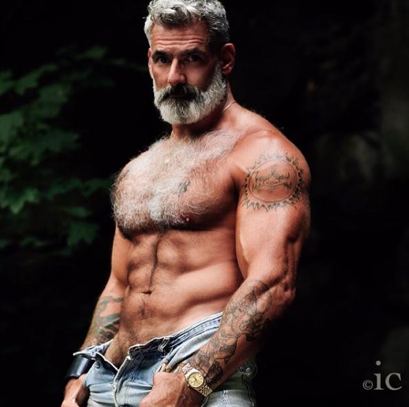 55岁的男人,用肌肉留住了青春!_健网