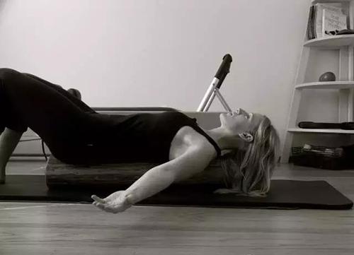 如何用泡沫轴缓解肩部紧张_健网