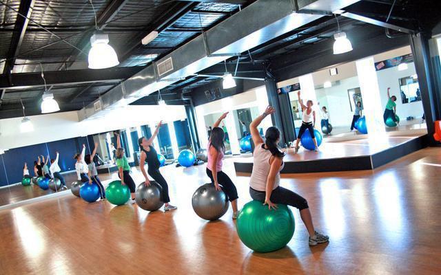 女生瑞士球训练方法 激活上半身深层次肌肉群_健网