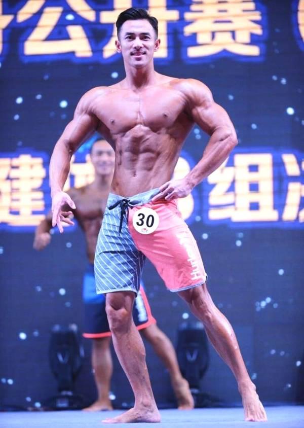 拥有八块腹肌的健身私教靠身材赚钱,胸肌麒麟