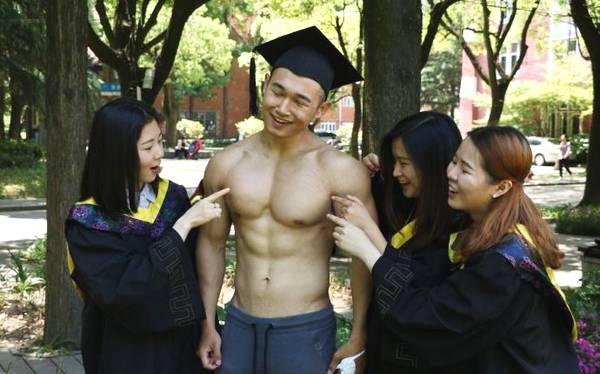 大学四年迷上健身,练就胸肌腹肌人鱼线,女同学抢着拍合影