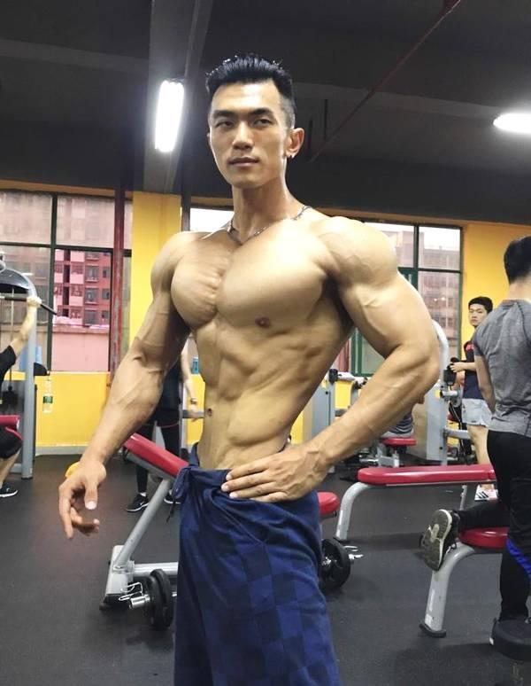 练就满身肌肉,拒绝平庸,为梦想而战,勇夺健体比赛冠军
