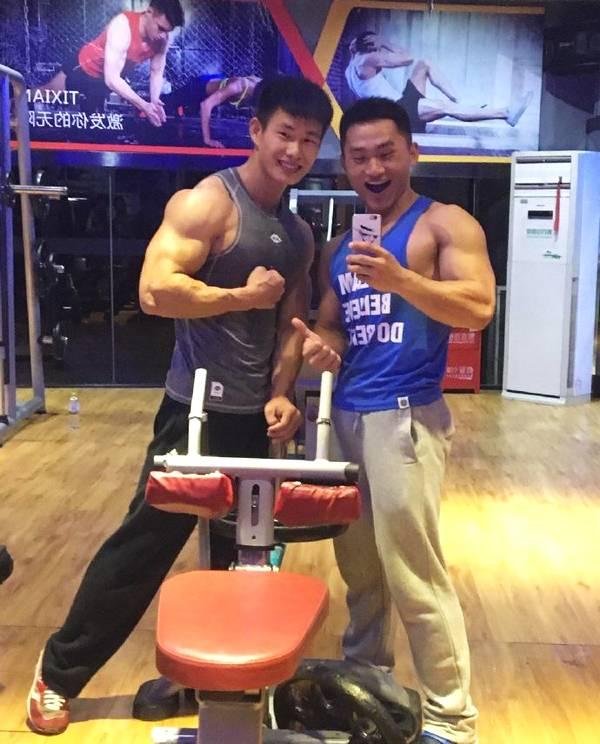 云南腾冲小伙,练一身疙瘩肉,参加四届健体比赛