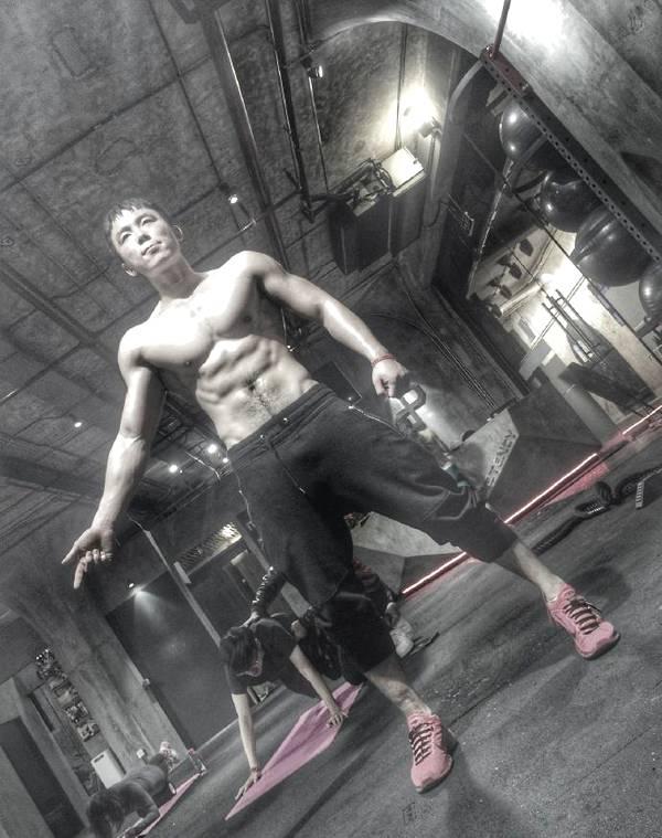 从羊驼少年到肌肉男,健身像一把刻刀,把男孩改造成男人