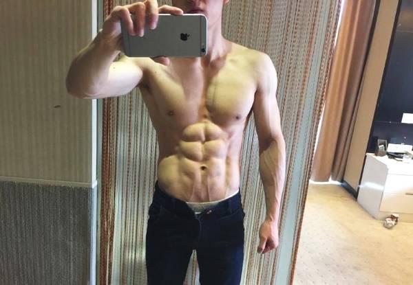 虽然他没有帅过黄轩,但是靠胸肌腹肌满身肌肉成为万人迷_健网
