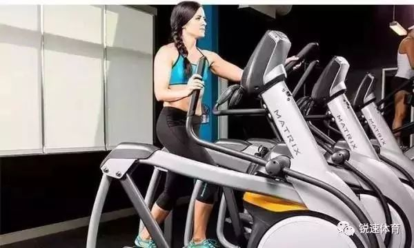 健身教练 健身器材    当你在椭圆机上挥汗如雨的运动了30分钟后,你看