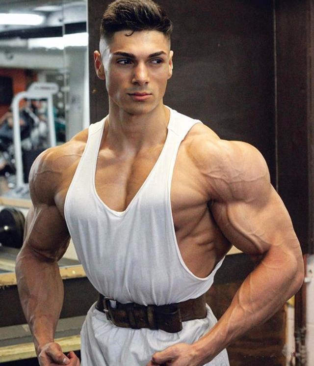 小胖墩健身7年练出一身健美肌肉,收获了百万粉丝还征服超模女友!