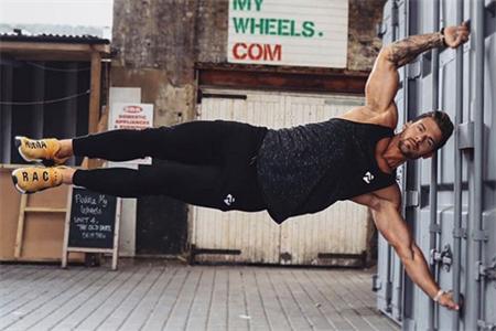 无夸张的肌肉,却能倒蹬520公斤,妻子同样出色身材出类拔萃
