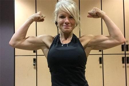 不服岁月的51岁大姐,不但练出腹肌,还能轻松驾驭龙旗健身动作
