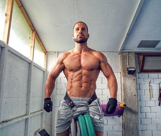 那些喜爱负重双杠臂屈伸的肌肉男,胸肌会练成什么样呢?_健网