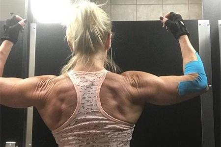 60岁大妈健身,练出肌肉身材,运动能力不输年轻人