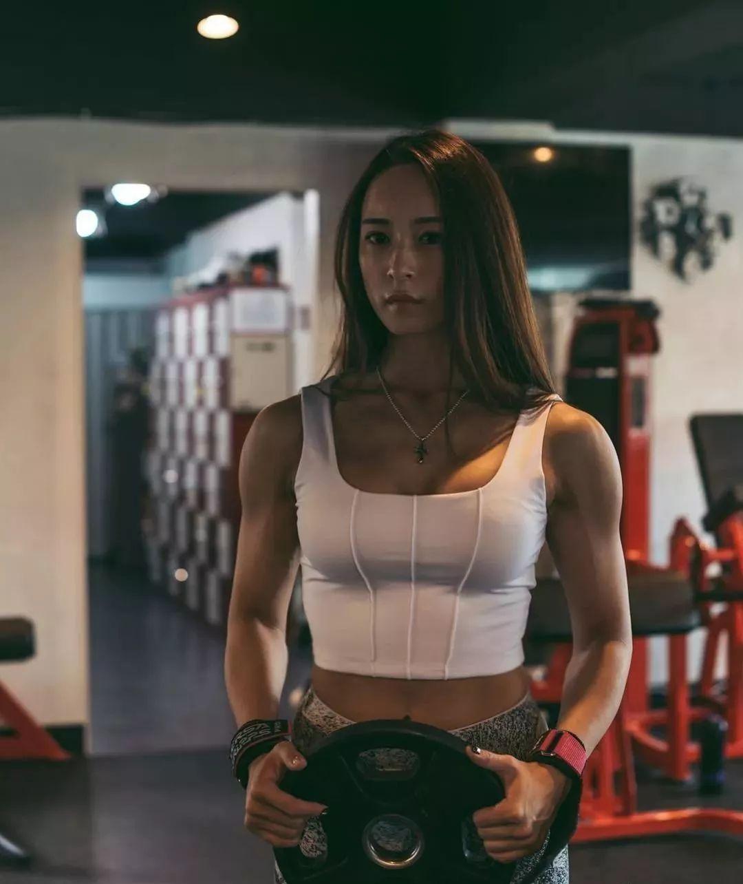 32岁辣妈健身房撸铁10年肌肉强壮,自律的女人实在很强悍了!