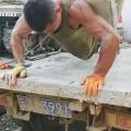 【健身故事】500斤的水泥当哑铃有几个能拿起来?唯有快手硬汉松哥