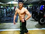 眼镜小哥健身8年,练就霸气胸肌人鱼线,贴身私教月入过万