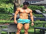 京城明星健身私教,肌肉发达,到什么地方都不忘拼肌炫腹