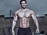 他不帅,但错落有致的8块腹肌,才是这位肌肉型男最有力的标志