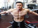 华裔男因老外的一句弱鸡男,怒撸铁三年多,真身材简直了!