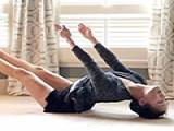 瑜伽在家里怎么练?窗帘还是椅子都能成为辅助工具