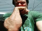 专注练小臂的肌肉男腕力很强悍,PK比自己强壮的,也丝毫不逊色!