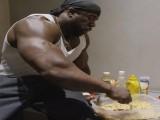 11年囚徒健身达人吃泡面增肌、用垃圾袋健身,他是否是自然健身?