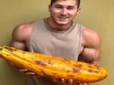 肌肉围度不逊史蒂芬曹,他是备受争议的素食健身者,拒绝鸡蛋牛奶
