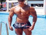 练出了健美的上肢肌肉,却忽视了下肢锻炼,其实一点也不强壮!