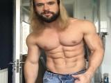 健身小伙长相肌肉都与雷神相似,拿起锤子配上闪电的模样很霸气!