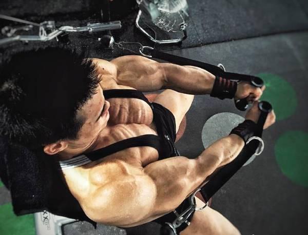 武汉体育学院肌肉学霸,肌肉练的能拉出丝,夺得全国健身冠军