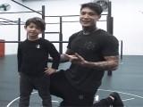 帅气的健身父子,肌肉老爸与儿子一同健身,认真的模样让人羡慕