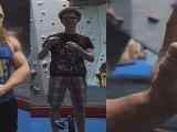 108kg健美男和50kg攀岩爱好者比抓握力,谁的力气更大呢?