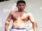在简陋环境下,热爱健身23岁男生自制健身器材,练出一身精悍肌肉