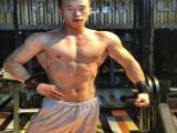 是肌肉型男,也是田径二级运动员,雕刻出满身肌肉,俘获一片妹迷
