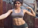 她29岁撸铁练肌肉,100公斤挺举很轻松,大腿也粗到爆,却让无数男人舔屏!