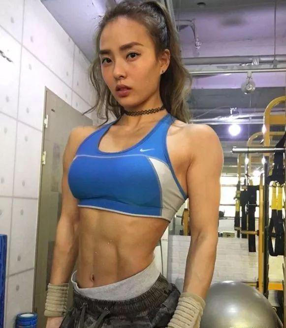 健身坚持8年会怎样?她不仅能生3个娃,还可以同时拥有腹肌和翘臀!!