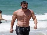 小伙嫌弃小肚腩,跟着雷神的训练计划,坚持健身30天看效果!