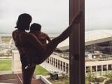 健身不找借口,35岁辣妈带着宝宝练瑜伽,直言任何人都可倒立!