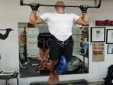 比赛吊单杠,壮硕肌肉男与精瘦肌肉男,两者身体素质差距有多大