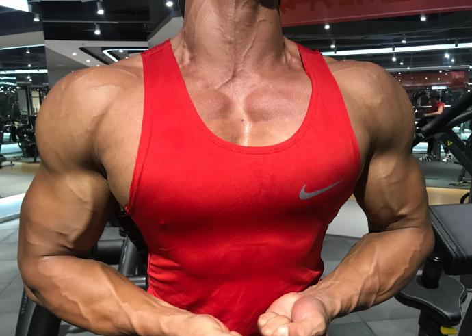 95后健体冠军,坚持健身十年,打造出霸气胸肌腹肌麒麟臂