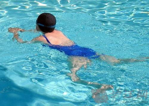 4种正确的游泳减肥姿势,游出身体流畅线条