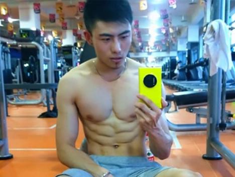 体育生举铁练出完美肌肉,让宿舍哥们羡慕,带动大家一起健身