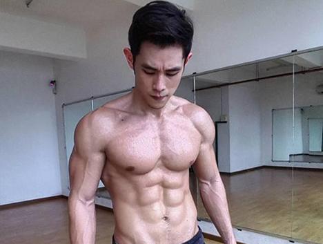 从瘦子变身肌肉男,胸肌腹肌完美,最终轰动了马来西亚