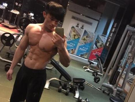 有肌肉有颜值的他在健身房最受欢迎,网友:做我男朋友