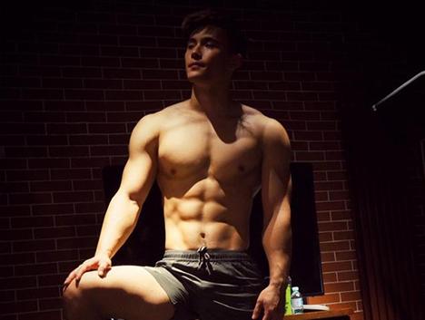 完美胸肌,腹肌明显,激情无处释放,过节也要独自撸铁