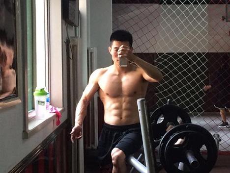 一个爱健身的招标师,五年如一日,练就帅气胸肌人鱼线
