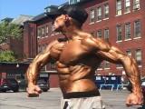英国顶级健身教练,几乎脱干了体脂肪,他的热身就已令人崩溃!