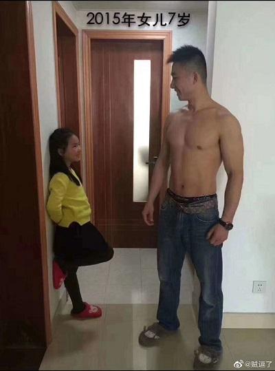 女儿从5岁到11岁与肌肉爸爸合影照,网友:爸爸身材保持得真好!